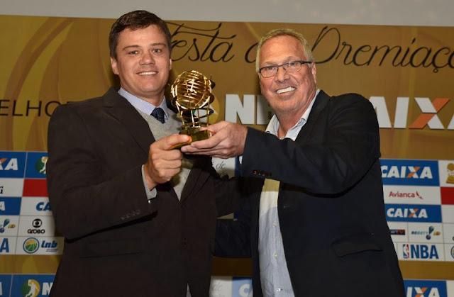 Espiga e Bial exibem prêmio de Melhor Defesa do NBB 2015/2016 [LNB]