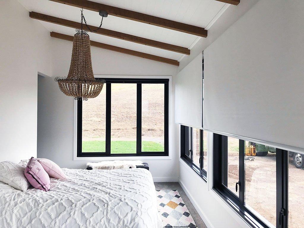 Trong phòng ngủ nên bố trí bao nhiêu cửa sổ nhôm kính