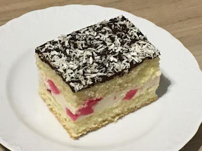 Pyszne ciasto z kremem i polewą z czekolady