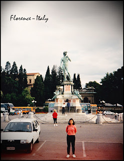 Didepan replika Patung David a.k.a Daud hasil karya Michaelangelo sebagai simbol kota Firenze/Florence