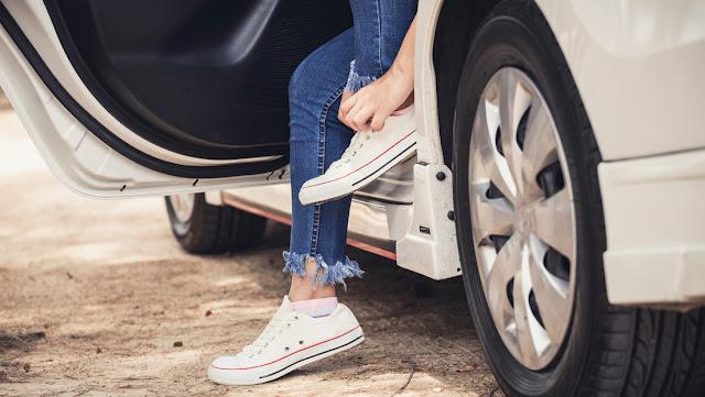 Clientes regalan un auto a una camarera al enterarse de que caminaba más de 22 kilómetros diarios para llegar y volver de su trabajo