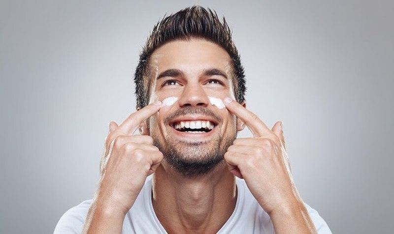 Embora os homens tenham maior probabilidade do que as mulheres de desenvolver câncer de pele, uma pesquisa recente indica que a maioria não usa protetor solar diariamente. O estudo Men's Attitudes and Behaviors About Skincare and Sunscreen Use Behaviors foi publicado em dezembro do ano passado no Journal of Drugs in Dermatology e demonstrou influências variadas na decisão de um homem de usar protetor solar e em sua seleção de produtos para a pele.