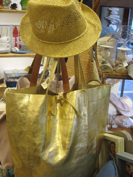 Bolso dorado grande, sombrero tipo borsalino veraniego