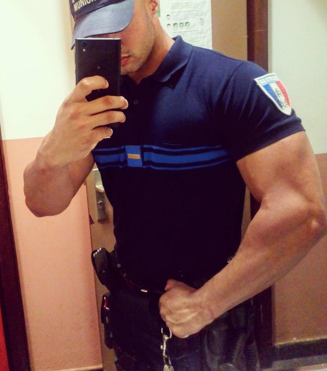 huge-biceps-policeman-hunk-security-anonymous-bro-selfie