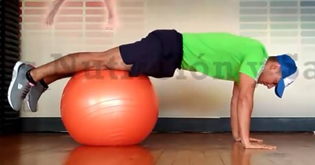 Ejercicio abdominales inferiores sobre balón suizo