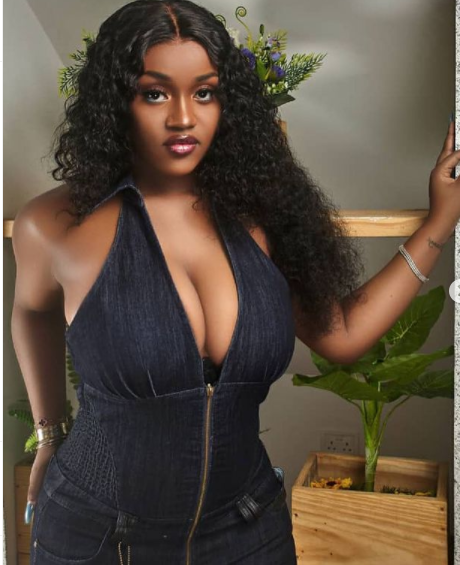 Welcome To Ladun Liadi's Blog: Davido's fiancee, Chioma flaunts cleavage in  new s3xy photos