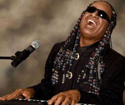 Foto de Stevie Wonder tocando el órgano