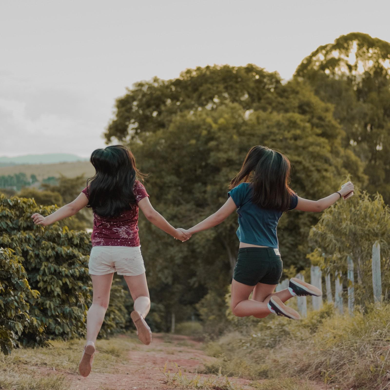 adolescentes voando