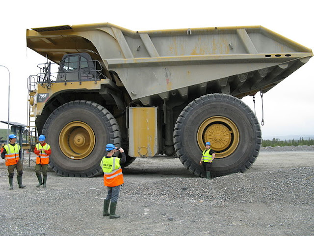 Gambar truk haul Caterpillar Cat 795F