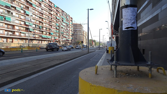 Els fanals al voltant de la plaça de les Glòries Catalanes, Gran Via.