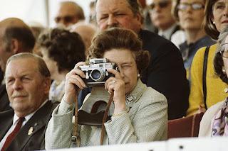 ratu elizabeth dan kamera leica