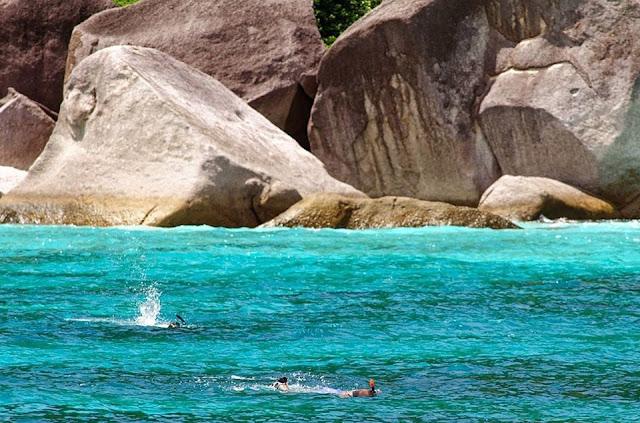 กองหินแฟนตาซี อยู่ทางด้านตะวันตกของเกาะแปด มีลักษณะเป็นกองหิน 3 เป็นจุดดำน้ำที่สามารถพบปลาได้เกือบทุกชนิดในหมู่เกาะสิมิลัน  เช่น ปลาไหลริบบิ้นสีฟ้า ปลาบู่สีเพลิง กุ้งหลากหลายชนิด เป็นจุดดำน้ำลึกที่ไม่ควรพลาด