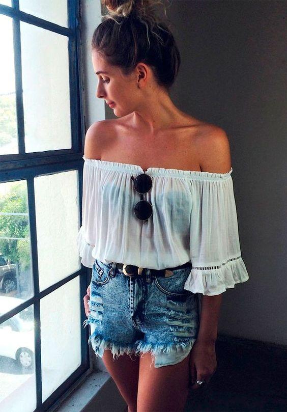 Look de verão com shortinho jeans e blusa ombro a ombro
