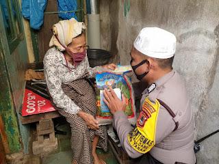 Bhabinkamtibmas Pattingalloang Salurkan Bantuan Beras ke Warga Kurang Mampu