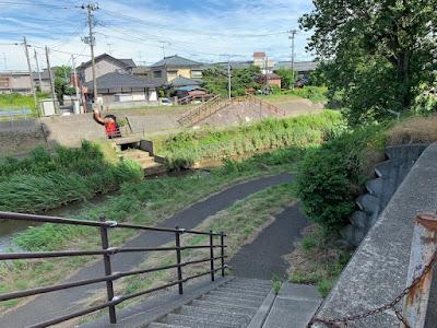 新津川沿いの遊歩道