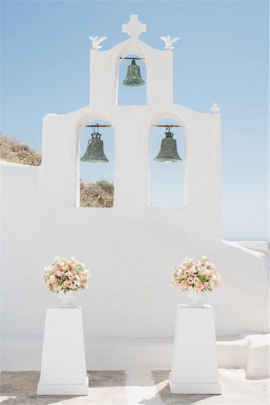 decorar iglesia para boda en santorini chicanddeco