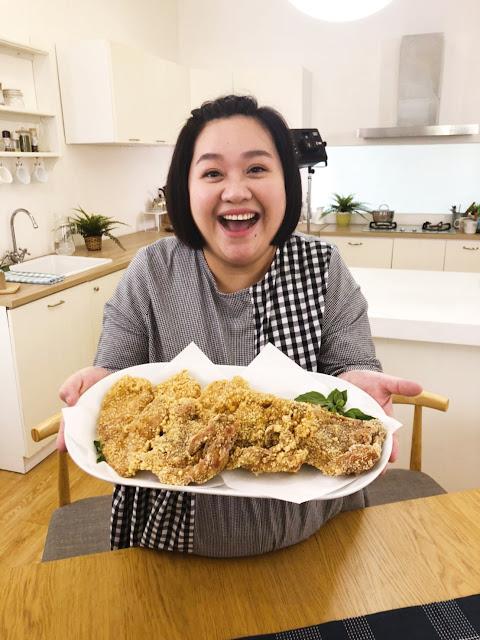 鍾欣凌晉升國民雞女神,在片場大嗑雞排並直呼  「這麼juicy的台灣雞怎麼能不吃呢!」