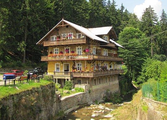 Dom nad rzeką.