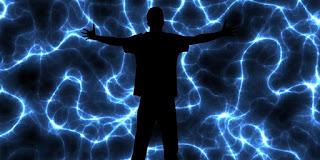 Imagen de una gran silueta de persona mirando un cielo oscuro con rayos blancos