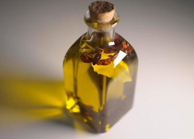 Aceite de oliva virgen con guindillas y laurel