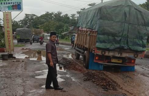 Wakil Ketua II DPRD Kota Metro Khuseini Tinjau Jalan Rusak di Banjar Sari