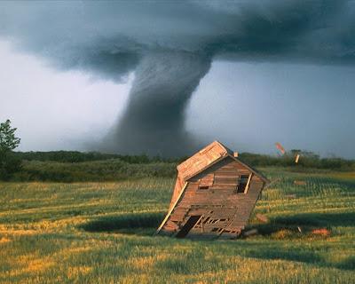 Wallpaper Tornado derribando cabaña d madera en el campo Tornado knocking down wooden hut in the field