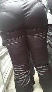 Sabrosa mujer pantalones cuero entallados tanga marcada