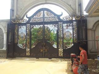 Proses Finishing Pintu Gerbang Tempa Mewah di Kutai, Sulawesi.