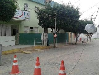 Caminhão carregado com frangos derruba cabos em frente o hospital de Cuité