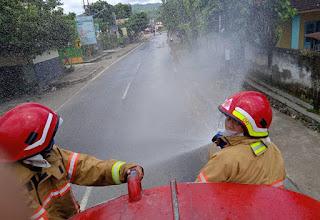 Perangi Corona, Damkar Lombok Barat Semprot Desinfektan di Ruas Jalan Wisata