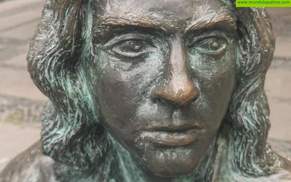La estatua de Félix Francisco Casanova vuelve a la normalidad tras las pintadas de ayer viernes