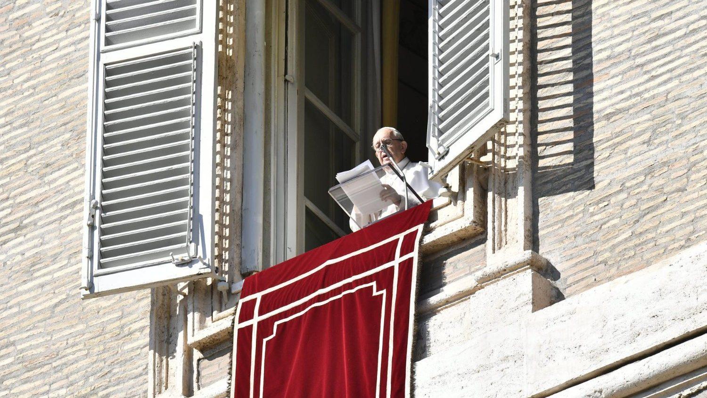 papa-francisco-ventana-palacio-apostolico