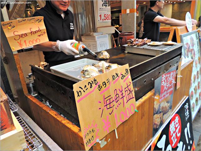 Brochetas en el Mercado de Pescado de Tsukiji, Tokio
