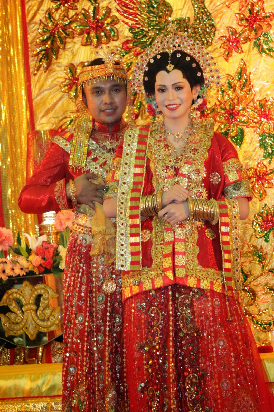 Wedding Dresses and Traditional Weddings Around the World ... |Indonesian Traditional Wedding Clothing