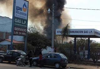 Fuerte incendio en Oaxaca estuvo a punto de llegar hasta gasolinera