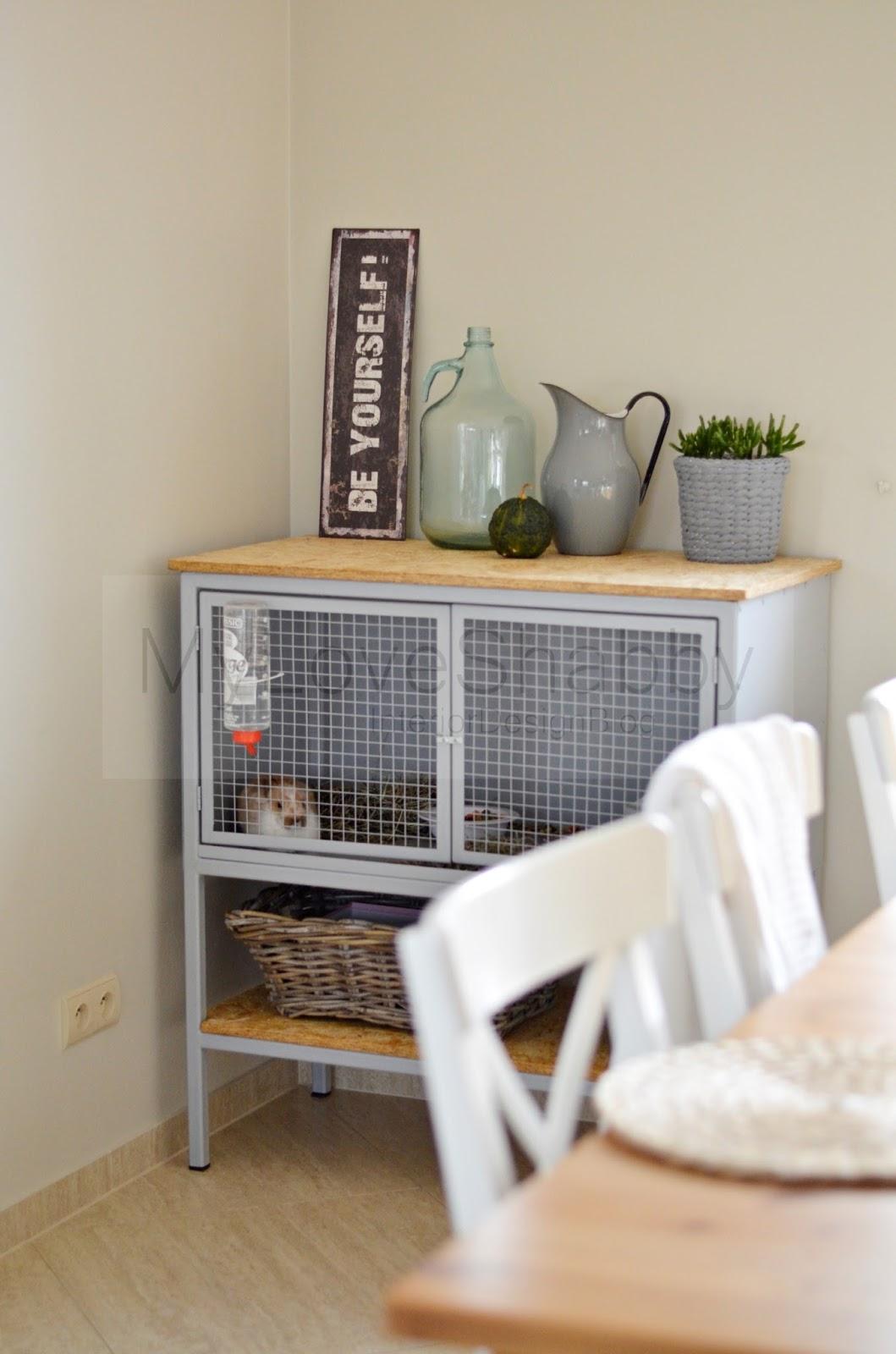 Metalowa szafka dla ... królika i jesień w jadalni