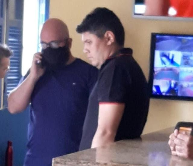 Alex, suspeito de participar da morte do Cabo Paulino, se apresentou na delegacia com dois advogados neste domingo (01)