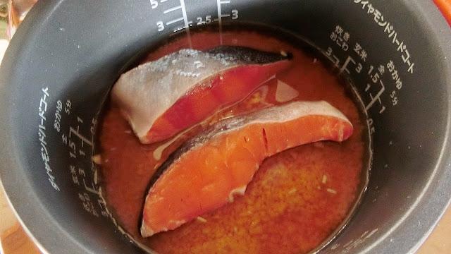 水分を取り除いた塩鮭を上にのせ、炊飯します