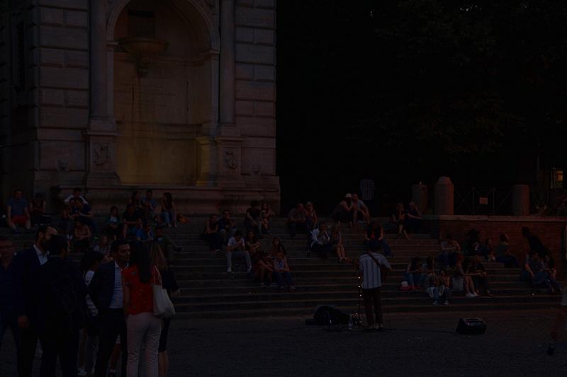 Sommerabend in Rom Piazzo Nacht Straßen Menschen Straßenmusiker