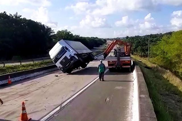 Trecho da BR-101 é liberado após mais de 10 horas de interdição parcial provocada por sequência de acidentes com caminhões
