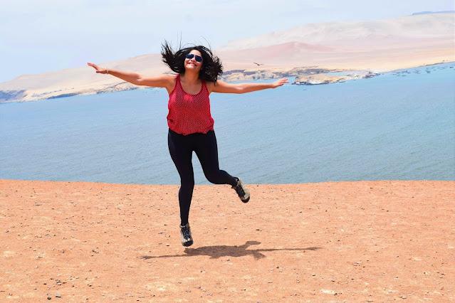 mulher pulando no deserto