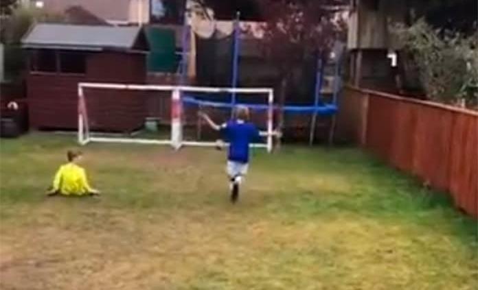 Niño Alfa recrea los grandes goles de la historia del futbol en su jardín