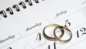 Hal-Hal Yang Harus Diperhatikan Sebelum Acara Pernikahan Hal-Hal Yang Harus Diperhatikan Sebelum Acara Pernikahan    Acara Pernikahan adalah upacara sakral pengikatan janji nikah yang dirayakan atau dilakukan oleh 2 insan (Pasangan) yang menyetujui untuk hidup bersama dengan maksud meresmikan secara sah perkawinan secara norma sosial,norma agama dan norma hukum maupun norma adat.    Calon kedua mempelai Pengantin harus benar-benar mempersiapkannya dan membuat perencanaan yang benar dan baik,Agar acara pernikahan tidak berantakan dan berjalan sesuai keinginan.     10 Hal Penting Yang Harus Diperhatikan Sebelum Acara Pernikahan Dimulai.       💕1 Persiapkan Mental      Mempersiapkan mental untuk mengetahui letak kekurangan dan kelebihan agar bisa mengatasi apa yang akan dihadapi nantinya.      Evaluasi diri masing-masing dan saling mengintropeksi diri.Alangkah baiknya anda menghadiri konseling pernikahan atau bertanya kepada yang sudah berkeluarga.Setelah anda yakin ikuti langkah selanjutnya.      💕2 Mempersiapkan Dokumen       Luangkan waktu 1 atau 2 bulan untuk mengumpulkan atau mengurus dokumen pribadi serta surat-surat keterangan yang diperlukan agar proses pencatatan sipil dan upacara pernikahan dapat dilangsungkan dengan lancar dan tanpa ada gangguan.    Proses pelengkapan dokumen pernikahan berbeda tergantung dengan agama yang Anda anut,status kenegaraan,rumah ibadah atau lokasi upacara pernikahan dilaksanakan dan ketentuan dari kantor kelurahan di mana Anda akan melaksanakan pernikahan. Perhatikan baik-baik setiap syarat yang ada dan segeralah melengkapinya.      💕3 Pastikan Bujet (Anggaran Dana)       Pastikan bujet anda berapa agar pembayaran sesuai dan perhitungan haruslah jelas.Dari sini, Anda bisa mulai mencari tempat,catering dan dekorasi.Dengan menyesuaikan bujet yang telah dibuat sebelumnya.      Pastikan Anda mempersiapkan bujet lebih untuk mengantisipasi biaya-biaya tak terduga.Buatlah perincian mengenai semua pembayaran agar duit yang keluar jelas ke