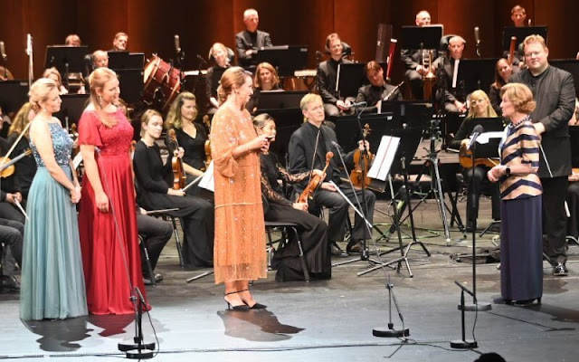 Queen Sonja wore a gold satin bluse top, with navy blue trousers. The Queen Sonja International Music Competition