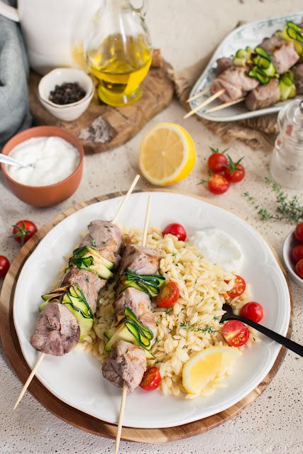 Brochettes d'agneau et courgettes grillées, salade d'orzo