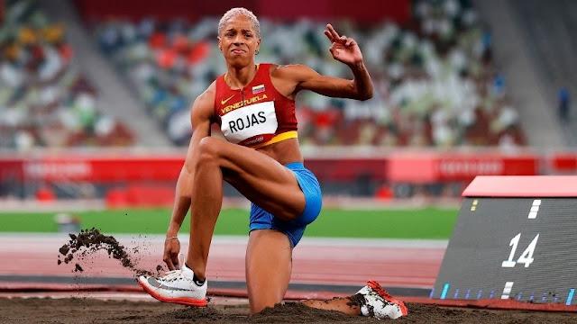 Yulimar Rojas, doble campeona mundial de salto triple, se clasificó para la final del próximo domingo con una marca de 14,77 metros alcanzada en su primer esfuerzo en el estadio Olímpico de Tokio.