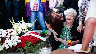 Ascensión Mendieta entierra a su padre 80 años después