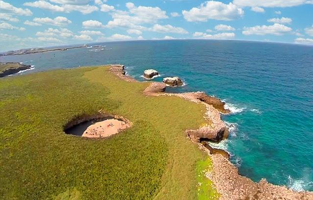 """Al poco menos de 40 kilómetros de Puerto Vallarta, cerca de la costa de Nayarit, se ubica el Parque Nacional Islas Marietas,""""Las Galápagos de México"""", dos islas deshabitadas de origen volcánico que son uno de los santuarios de vida salvaje más importantes de nuestro país."""