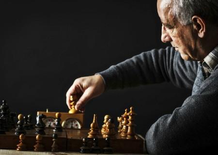 jugando ajedrez
