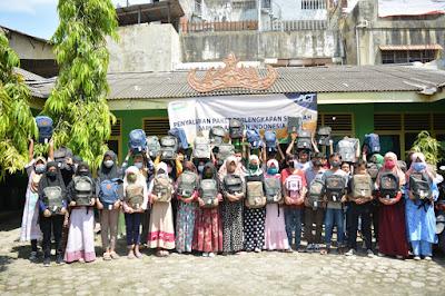 Pelajar Pesisir Kota Bandarlampung Terima Paket Perlengkapan Sekolah